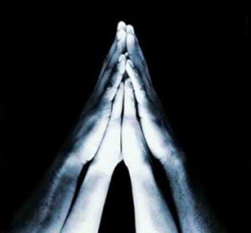 Муж молится… И Бога… кличет…