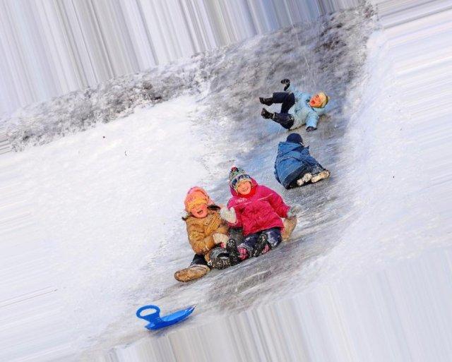 Если человек видит во сне, как маленькие ребятишки весело съезжают гурьбой с ледяной горки.