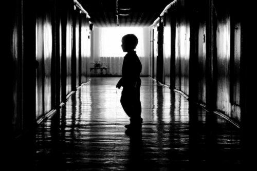 Блуждает мальчик... Ищет двери…