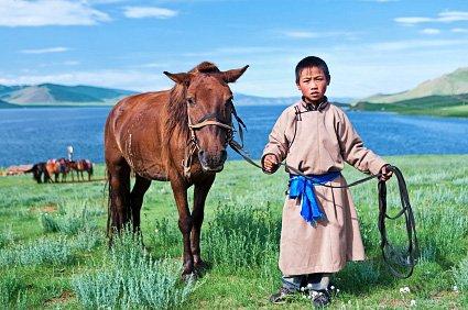 От лошади он смотрит издалеча…