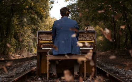 Старик играл на фортепьяно