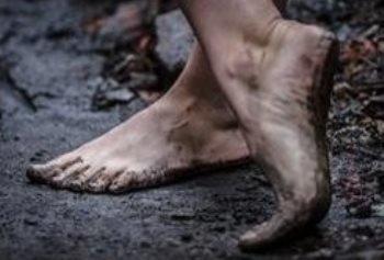 В грязь... да босиком?..