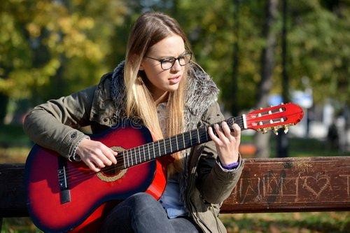 Девушка-гитара