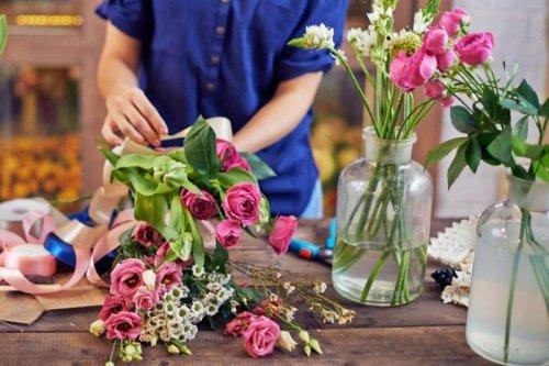 Срезанный букет или цветок в горшке: выбираем подарок к 8 марта